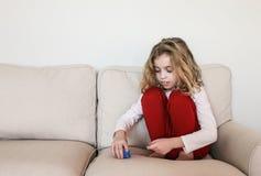 Dziecko z autyzmu sztaplowania zabawkami na leżance fotografia royalty free