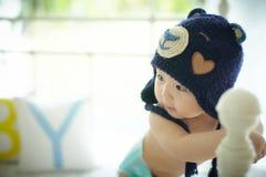 Dziecko z błękitnym kapeluszem Zdjęcia Royalty Free