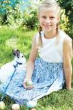 Dziecko z białym królika gmeraniem dla kolorowych jajek na łące Obraz Stock