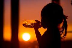 Dziecko z butelką na wieczór plaży Obrazy Royalty Free