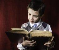Dziecko z czerwoną rocznik książką Fotografia Royalty Free