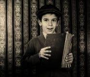 Dziecko z czerwoną rocznik książką Zdjęcia Stock