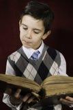 Dziecko z czerwoną rocznik książką Fotografia Stock