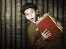 Dziecko z czerwoną rocznik książką Obrazy Stock