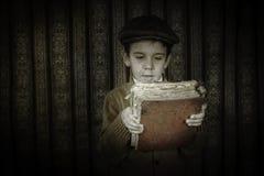 Dziecko z czerwoną rocznik książką Obrazy Royalty Free