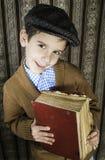 Dziecko z czerwoną rocznik książką Obraz Stock