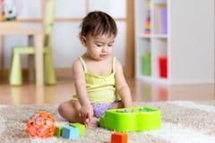 Dziecko z develepmental zabawkami Wczesna edukacja dla dzieciaków Kolorowe drewniane sztuk zabawki dziewczyny sztuka mała muzyczn Zdjęcie Stock