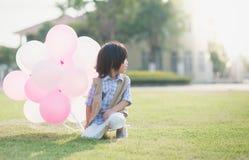 Dziecko z dużo szybko się zwiększać bieg w parku pod światłem słonecznym Obraz Stock