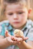 Dziecko z dziecko ptakiem w palmie zdjęcie royalty free