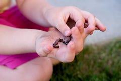 Dziecko z earthworm Zdjęcia Royalty Free