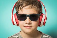 Dziecko z hełmofonami muzyka i śmieszny wyrażenie fotografia royalty free
