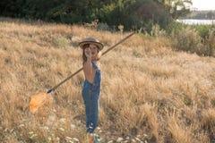 Dziecko z insekt siecią łapie motyla fotografia royalty free
