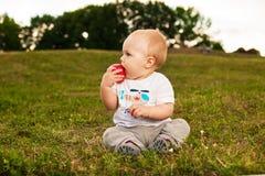 Dziecko z jabłkiem outdoors Zdjęcie Royalty Free