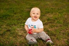 Dziecko z jabłkiem outdoors Obraz Royalty Free