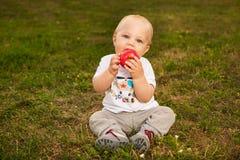 Dziecko z jabłkiem outdoors Fotografia Stock