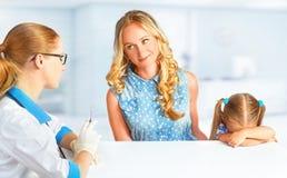 Dziecko z jej matką na wizycie przy doktorskimi przestraszonymi szczepieniami zdjęcie royalty free