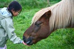 Dziecko z koniem obrazy royalty free