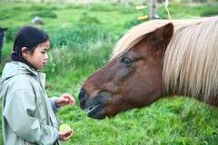 Dziecko z koniem fotografia stock