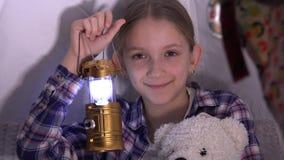 Dziecko z latarką Bawić się w namiocie, dzieciak przygoda w nocy, Uśmiechnięty portret zbiory wideo