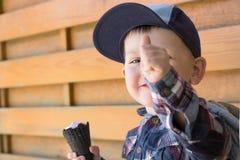 Dziecko z lody Pokazuje palec Obrazy Royalty Free