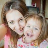 Dziecko z macierzystą Szczęśliwą rodziną Fotografia Stock