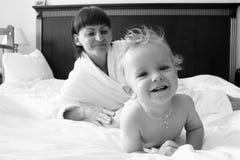 Dziecko z matką zdjęcia stock