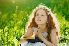 Dziecko z modleniem lub marzyć w parku outdoors fotografia stock