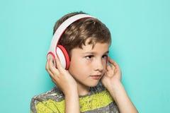 Dziecko z muzycznymi hełmofonami zdjęcia stock