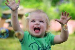 Dziecko z mydlanymi bąblami Zdjęcia Stock