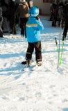 Dziecko z nartą i hełm w słonecznym dniu obraz royalty free
