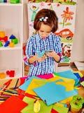 Dziecko z nożycowym przy szkołą Fotografia Royalty Free