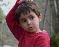 Dziecko z podbitymi oczami i czerwonym pulowerem obrazy royalty free