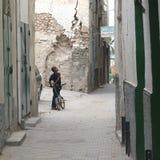Dziecko z rowerem w ulicie Fotografia Stock