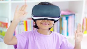 Dziecko z rzeczywistości wirtualnej pozycją w bibliotece zbiory wideo