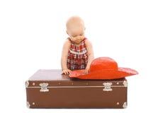 Dziecko z słomianym lato kapeluszem, walizką i Obrazy Stock