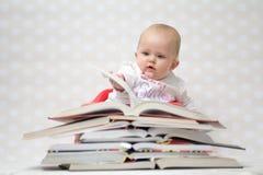 Dziecko z stosem książki Fotografia Royalty Free
