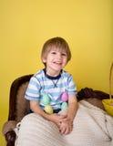 Dziecko z Wielkanocnego jajka koszem, Jajeczny polowanie Fotografia Stock