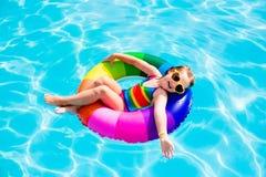 Dziecko z zabawka pierścionkiem w pływackim basenie Obraz Stock