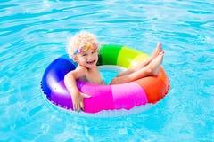 Dziecko z zabawka pierścionkiem w pływackim basenie Fotografia Royalty Free