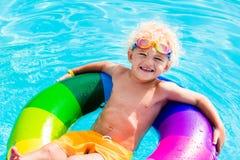 Dziecko z zabawka pierścionkiem w pływackim basenie Fotografia Stock