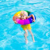 Dziecko z zabawka pierścionkiem w pływackim basenie Obrazy Stock