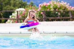 Dziecko z zabawka pierścionkiem w pływackim basenie Zdjęcia Royalty Free