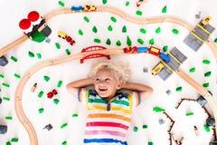 Dziecko z zabawka pociągiem Żartuje drewnianą kolej fotografia stock