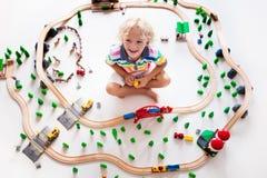 Dziecko z zabawka pociągiem Żartuje drewnianą kolej obraz royalty free