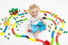 Dziecko z zabawka pociągiem Żartuje drewnianą kolej zdjęcia royalty free