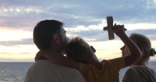 Dziecko z zabawka samolotem plenerowymi rodzicami i zdjęcie wideo