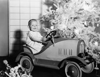 Dziecko z zabawkarskim samochodem pod choinką (Wszystkie persons przedstawiający no są długiego utrzymania i żadny nieruchomość i zdjęcia royalty free