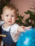 Dziecko zasięg dla zabawki Fotografia Royalty Free