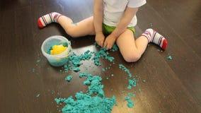 Dziecko zbiera kinetycznego piasek w słój po gry zdjęcie wideo