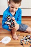 Dziecko zbiera klingerytu budynku zabawkarskiego zestaw Zdjęcie Stock